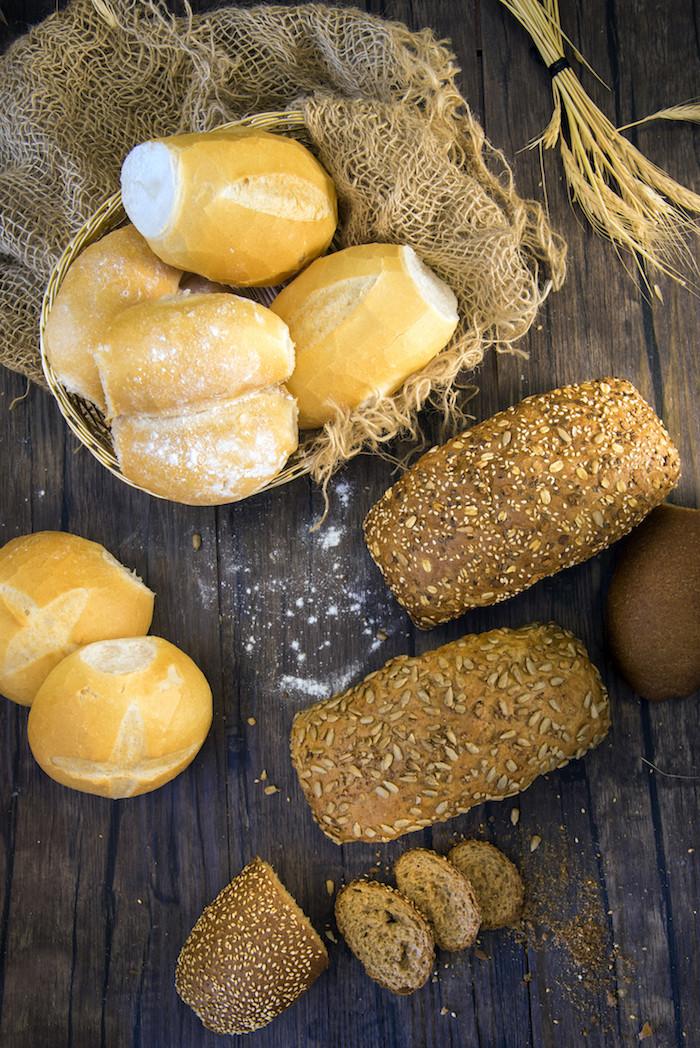 Nosso campeão de vendas é o pão francês, mas você já experimentou o nosso pão bolinha? e o D`Água? São uma delícia!